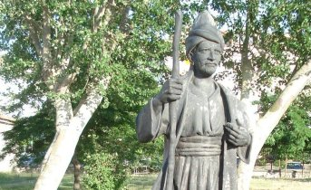 Yunus Emre statue in İstanbul, Turkey. Photo Credit: Maderibeyza, Wikipedia Commons.